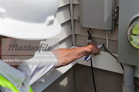 Installateur d'application d'un scellant résistant à l'installation du câble de câble