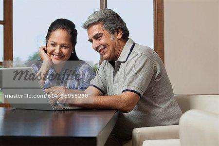 Altes Ehepaar mit einem laptop