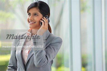 Geschäftsfrau Gespräch auf ein Mobiltelefon