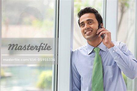 Exécutif parlant sur un téléphone mobile