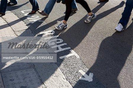 Piétons traversant une route