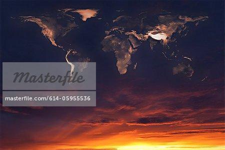 Karte der Welt in den Wolken bei Sonnenuntergang