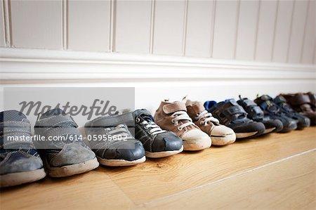 Ligne de chaussures du petit garçon