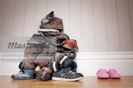 Großen Haufen Knaben Schuhe neben ein paar Mädchen Schuhe