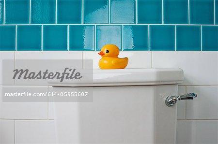 Canard en caoutchouc sur la toilette