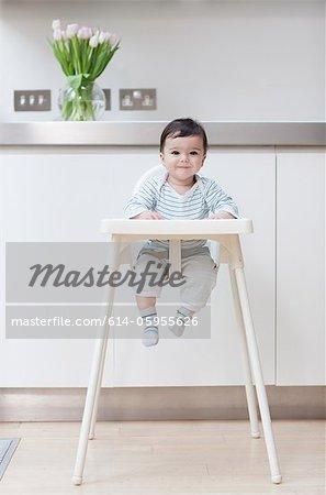 Baby boy dans sa chaise haute