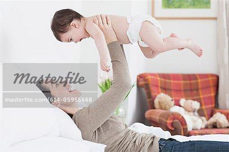 Mère soulevant bébé garçon