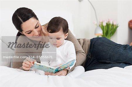 Lire un livre avec les fils de mère