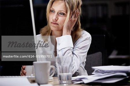 Geschäftsfrau arbeiten spät