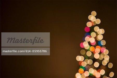 Lumières de Noël sur les arbres, hors du foyer