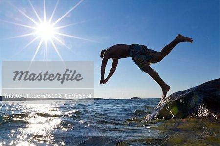 Junger Mann, Sprung ins Wasser