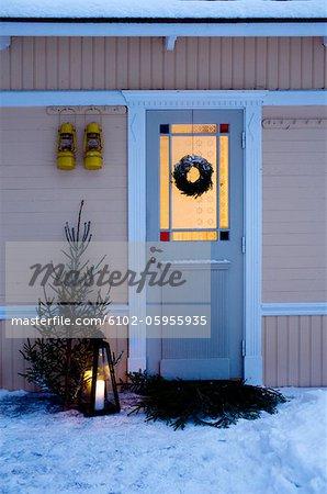 Porte d'entrée de maison décorée pour Noël