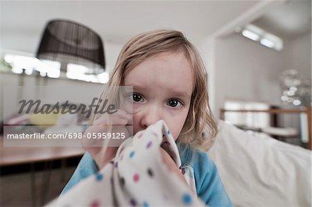 Portrait de bambin fille sucer le pouce