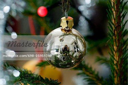 Reflet du photographe sur boule de Noël