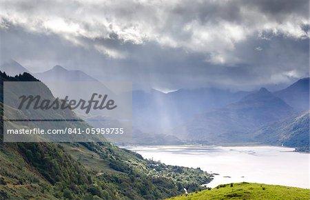 Vue de Carr Brae vers la tête du Loch Duich et cinq sœurs de Kintail au soleil éclatant dans le ciel, Highlands, Ecosse, Royaume-Uni, Europe