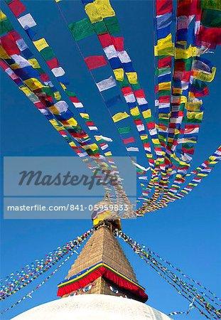 Stupa de Bodhnath (Boudhanth) (Boudha), un des sites plus sacrés bouddhistes à Katmandou, l'UNESCO patrimoine de l'humanité, avec drapeaux colorés sur fond de ciel bleu clair, Katmandou, Népal, Asie