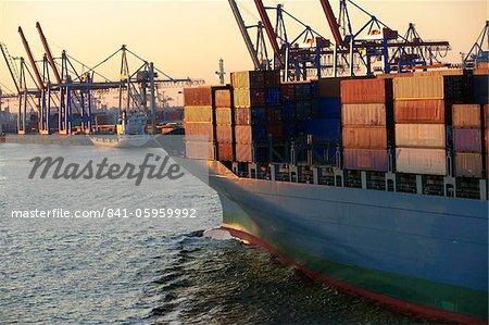Navire porte-conteneurs dans le port de Hambourg, Allemagne, Europe