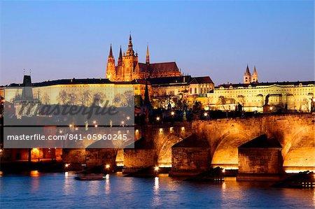 Château de Prague, sur la ligne d'horizon et le pont de Charles sur la rivière Vltava, patrimoine mondial UNESCO, Prague, République tchèque, Europe