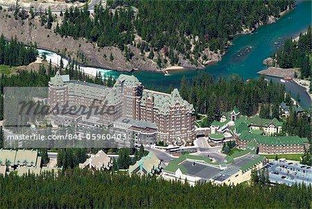 Hôtel Banff Springs et la rivière Bow, près de Banff, Parc National Banff, l'UNESCO World Heritage Site, montagnes Rocheuses, en Alberta, Canada, Amérique du Nord