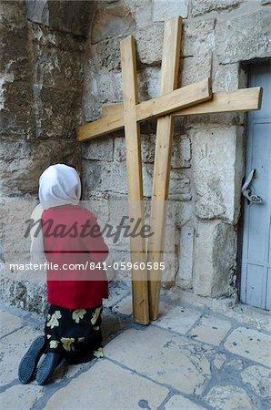 Pilger kniend vor zwei hölzerne Kreuze am Heiligen Grab zu Jerusalem, Altstadt, Jerusalem, Israel, Nahost