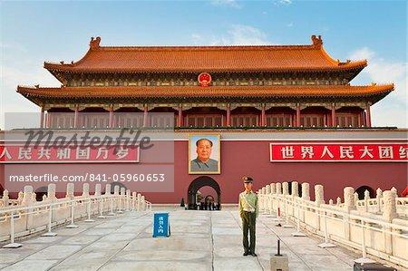 Soldat à l'extérieur de la tour de la place Tiananmen et du président Mao portrait, porte de la paix céleste, Beijing, Chine, Asie