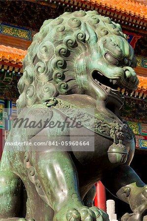 Male lion en bronze, porte de l'harmonie suprême, Cour extérieure, cité interdite, Beijing, Chine, Asie