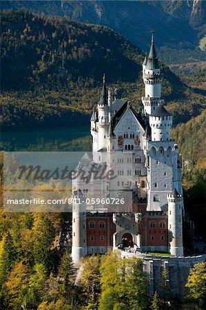 Château de Neuschwanstein romantique et Alpes allemandes au cours de la partie automne, sud de Romantic Road, Bavière, Allemagne, Europe