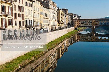 Ponte Vecchio et Lungarno Acciaiuoli et le fleuve Arno, Florence, UNESCO World Heritage Site, Toscane, Italie, Europe
