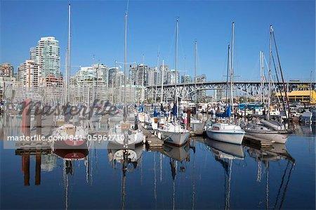 Yachts amarrés dans False Creek à Granville Island avec le pont de Granville, Vancouver, Colombie-Britannique, Canada, Amérique du Nord