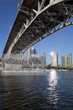 Granville pont enjambant le ruisseau False à Granville Island, Vancouver, Colombie-Britannique, au Canada, en Amérique du Nord