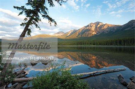 Tôt le matin clair au lac Pyramid, Parc National Jasper, patrimoine mondial de l'UNESCO, en Colombie-Britannique, montagnes Rocheuses, Canada, Amérique du Nord