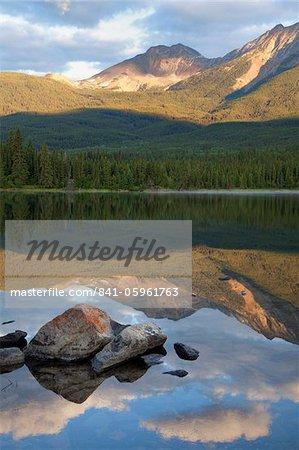 Reflet parfait, tôt le matin clair au lac Pyramid, Parc National Jasper, patrimoine mondial de l'UNESCO, en Colombie-Britannique, montagnes Rocheuses, Canada, Amérique du Nord