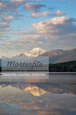 Mont Edith Cavell reflète dans le lac Pyramid, tôt le matin clair, Parc National Jasper, patrimoine mondial de l'UNESCO, en Colombie-Britannique, montagnes Rocheuses, Canada, Amérique du Nord