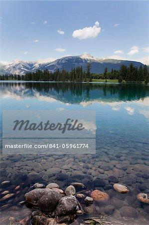 Réflexions au lac Beauvert, Parc National Jasper, l'UNESCO World Heritage Site, Colombie-Britannique, montagnes Rocheuses, Canada, Amérique du Nord