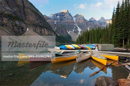 Canot amarré sur la Moraine Lake, Banff National Park, patrimoine mondial de l'UNESCO, Alberta, Rocheuses, Canada, Amérique du Nord
