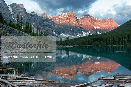 Réflexions de tôt le matin en Moraine Lake, Banff National Park, patrimoine mondial de l'UNESCO, Alberta, Rocky Mountains, Canada, Amérique du Nord