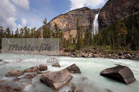 Kicking Horse River et Takakkaw Falls, Parc National de Yoho, l'UNESCO World Heritage Site, Colombie-Britannique, montagnes Rocheuses, Canada, Amérique du Nord