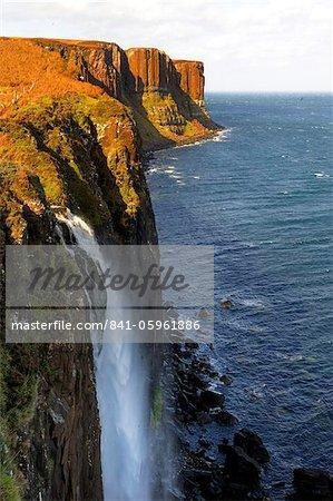 Chute d'eau en Kilt Rock, célèbre falaise basaltique près Staffin, Isle of Skye, Hébrides intérieures en Écosse, Royaume-Uni, Europe