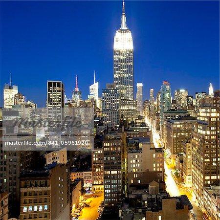 Midtown Manhattan, élevée crépuscule vue sur l'Empire State Building, Manhattan, New York City, New York, États-Unis d'Amérique en Amérique du Nord