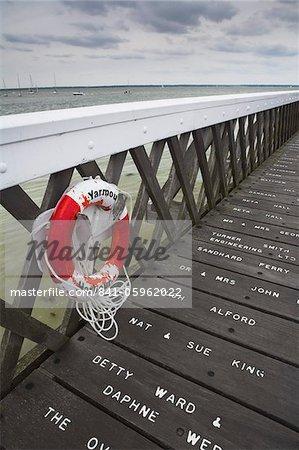 Noms gravés sur l'Europe de Yarmouth Pier, île de Wight, Angleterre, Royaume-Uni, remis à neuf