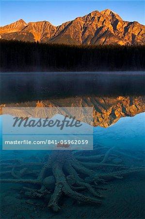 Première lumière à Patricia Lake, Jasper National Park, patrimoine mondial de l'UNESCO, Alberta, Rocky Mountains, Canada, Amérique du Nord