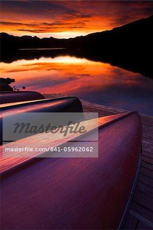 Alignés canots reflètent les couleurs d'un magnifique coucher de soleil, Canada, en Amérique du Nord