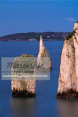 Die berühmte Kreide Green The Pinnacles im Meer neben Ballard Down mit Blick nach Swanage im Hintergrund, Jurassic Coast, UNESCO Weltkulturerbe, Dorset, England, Vereinigtes Königreich, Europa