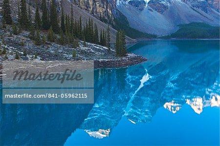 Reflets dans la Moraine Lake, Banff National Park, UNESCO World Heritage Site, Alberta, Rocky Mountains, Canada, Amérique du Nord