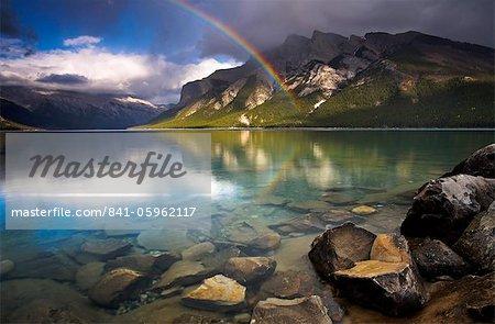 Arc-en-ciel sur les eaux du lac Minnewanka, Parc National Banff, patrimoine mondial de l'UNESCO, Alberta, The Rocky Mountains, Canada, Amérique du Nord