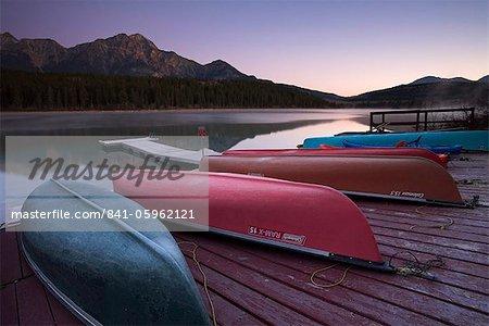 Canoë sur le lac, Parc National Jasper, UNESCO World Heritage Site, Alberta, Rocheuses, Canada, Amérique du Nord