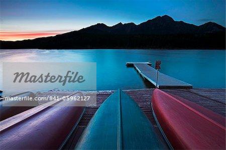 Canots tiré vers le haut sur la jetée à Patricia Lake, Jasper National Park, patrimoine mondial de l'UNESCO, Alberta, Rocky Mountains, Canada, Amérique du Nord