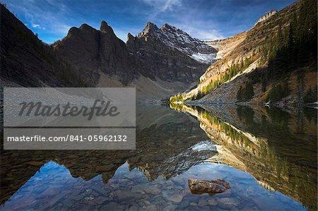 Peu profondes captures de lac Agnes le reflet parfait de la montagne a sonné, Parc National Banff, patrimoine mondial de l'UNESCO, Alberta, Rocky Mountains, Canada, Amérique du Nord