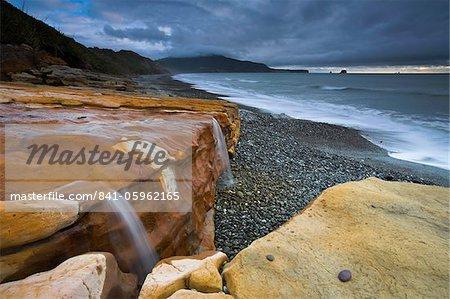 Grès colorés à l'eau sur Seven Mile Beach, île du Sud, Nouvelle-Zélande, Pacifique