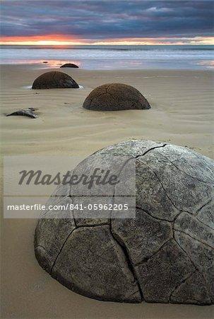Lever du soleil sur Moeraki Boulders, Otago, île du Sud, Nouvelle-Zélande, Pacifique